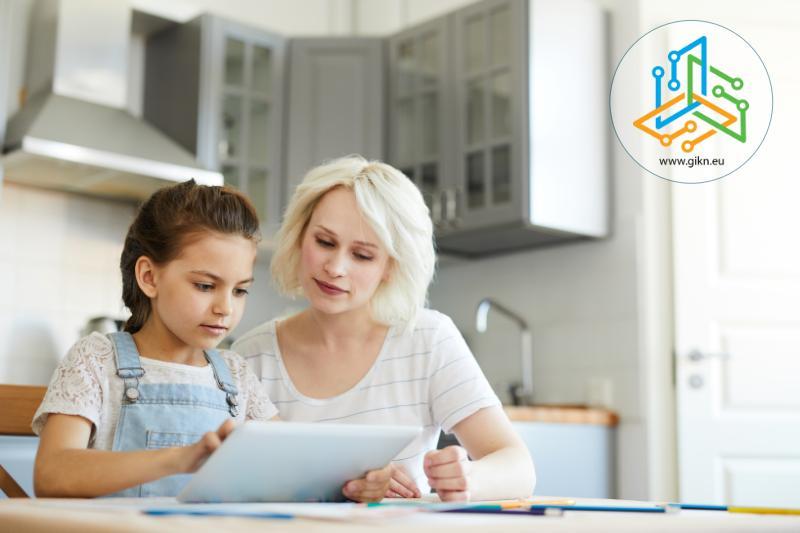 Момиче учи с помощта на майка си вкъщи