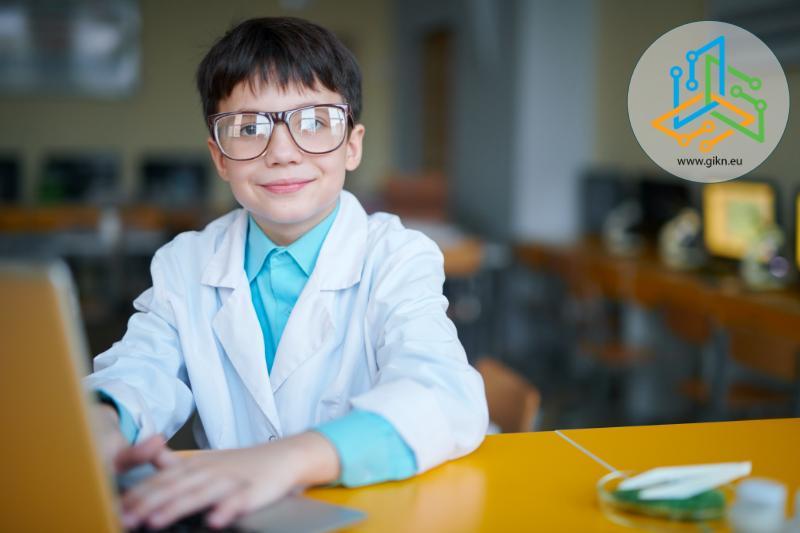 Момче учи онлайн от дома си