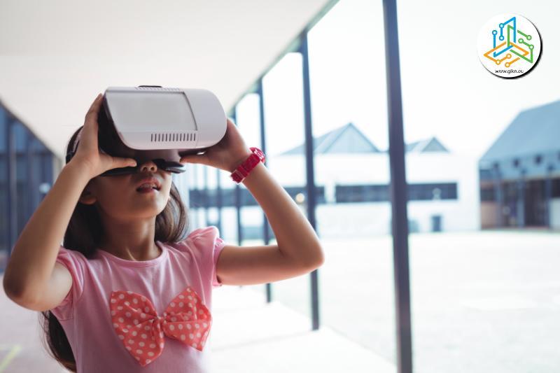 Мoмиче с очила за виртуална реалност в училище