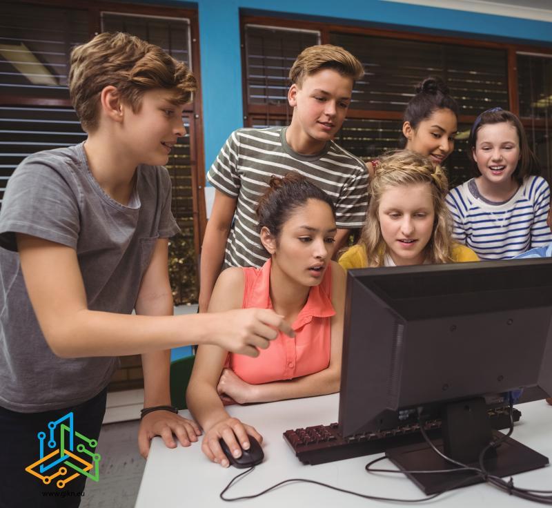 Ученици работят по проект на лаптопа