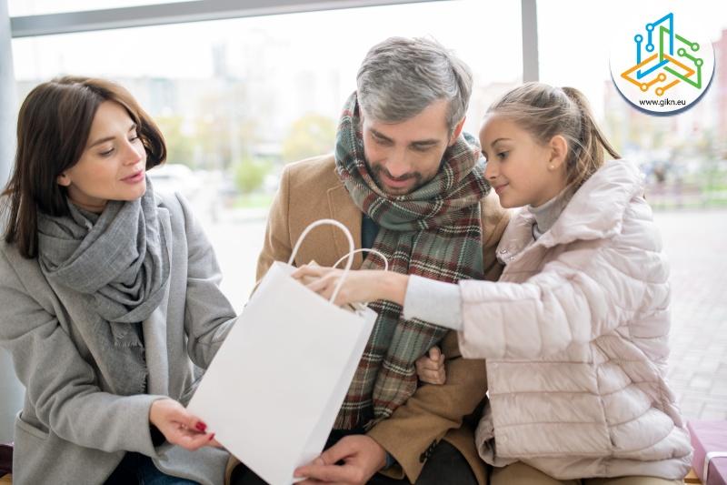 Родители подаряват подарък