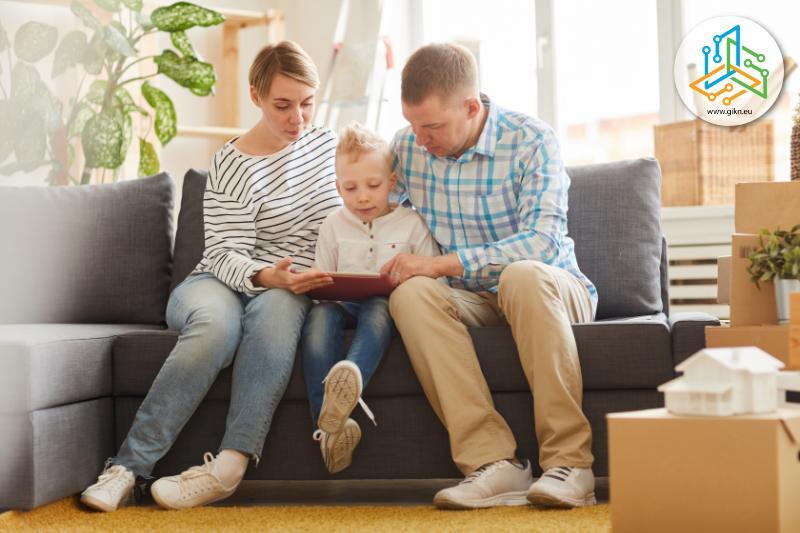 Родители учат детето си с лаптоп