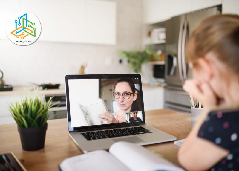 Момиче учи онлайн с лаптоп