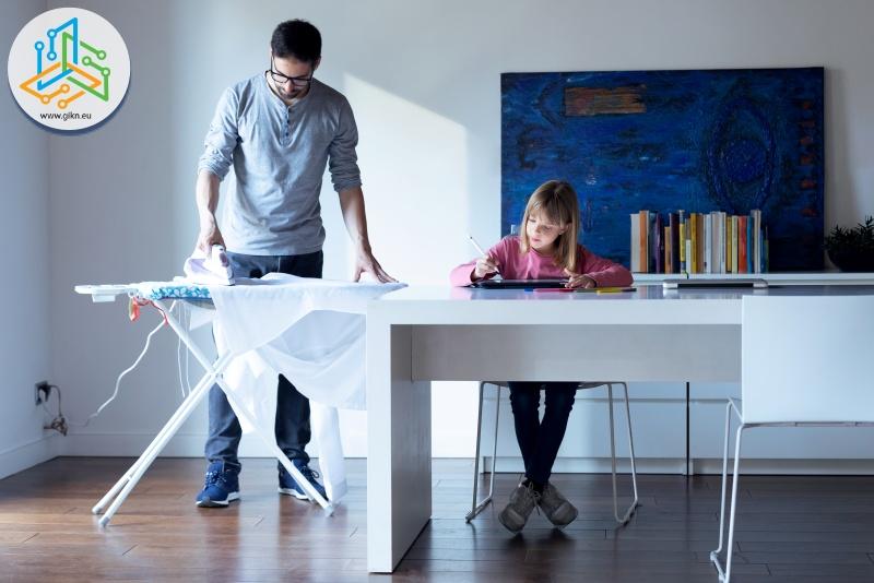 Баща помага на дъщеря си за матурите