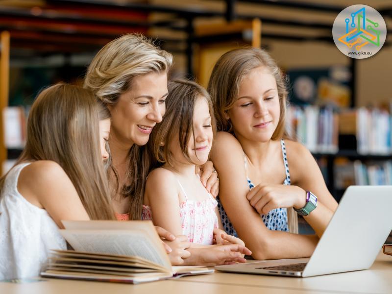 Майка и дъщери заедно пред лаптопа